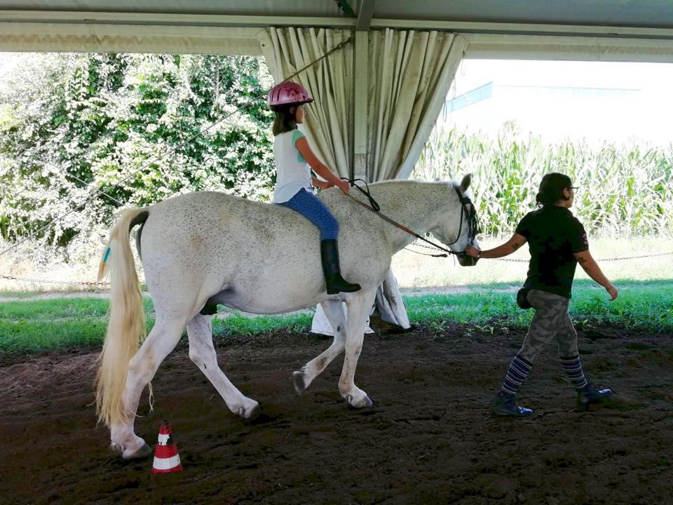 bambina a cavallo senza sella